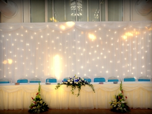 Dynamic Head Table Decor